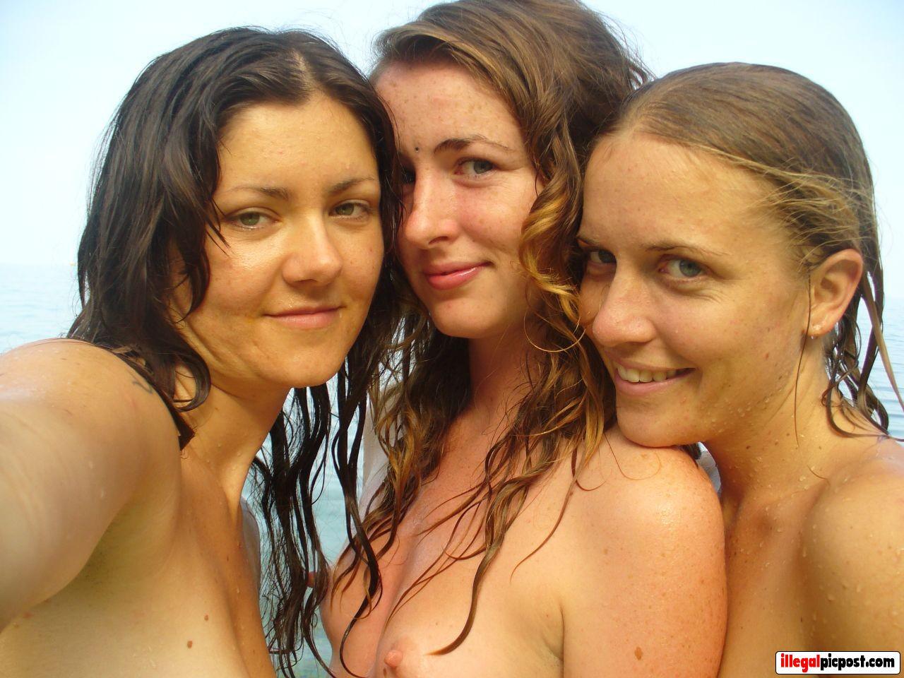 Drie mooie meiden maken topless een selfie