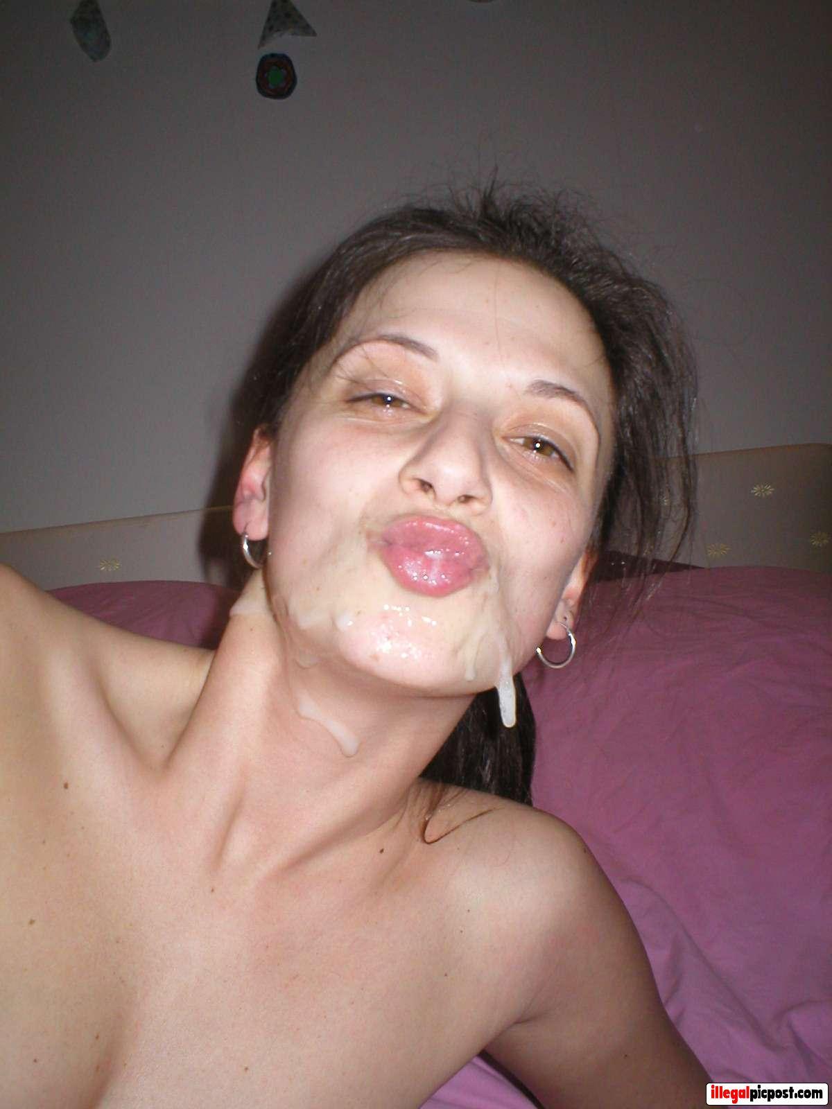 Klodders sperma druipen van huisvrouw haar gezicht