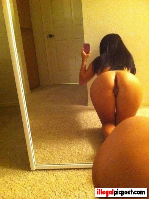 Meisje maakt selfie van haar achterwerk