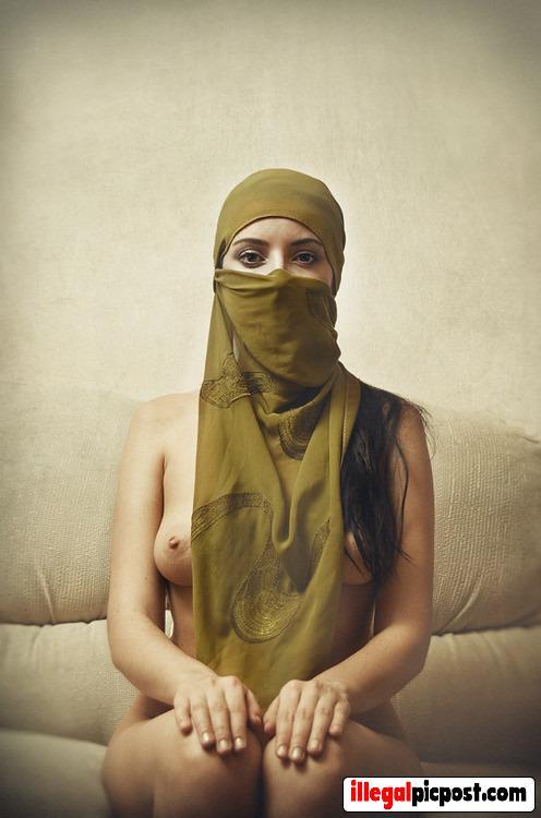 Marokkaanse moslima is naakt onder haar hoofddoek
