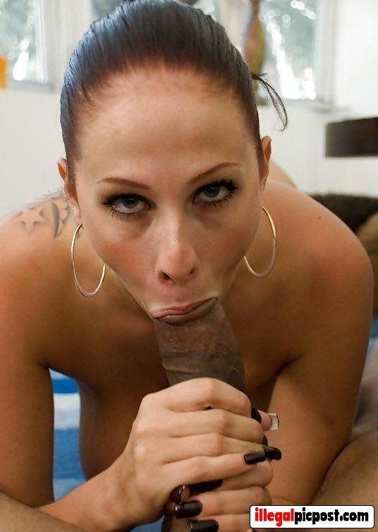 Geile sloerie krijgt zwarte paal amper in haar mondje