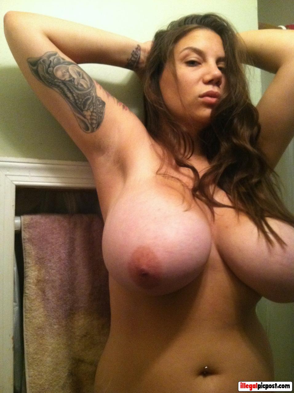 Huisvrouw toont met trots haar enorme tieten