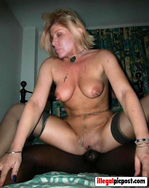 Kinky huisvrouw geniet intens van negerpaal