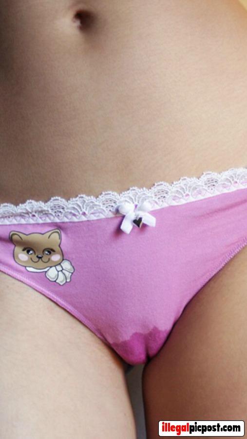 Lief meisje heeft een nat plekje in haar roze slipje