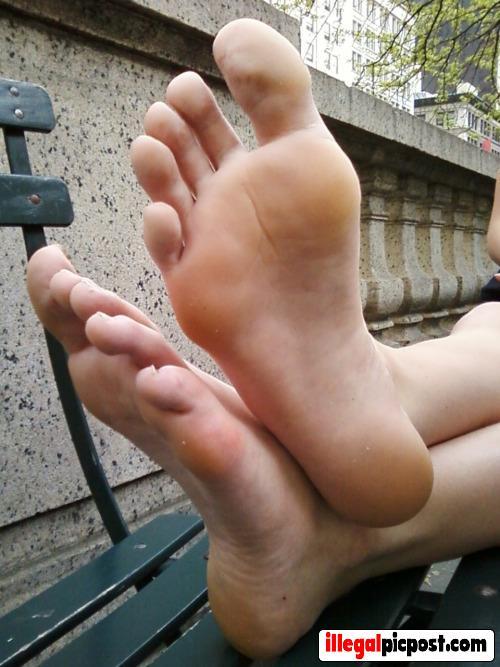 Twee heerlijke blote voetjes voor het grijpen