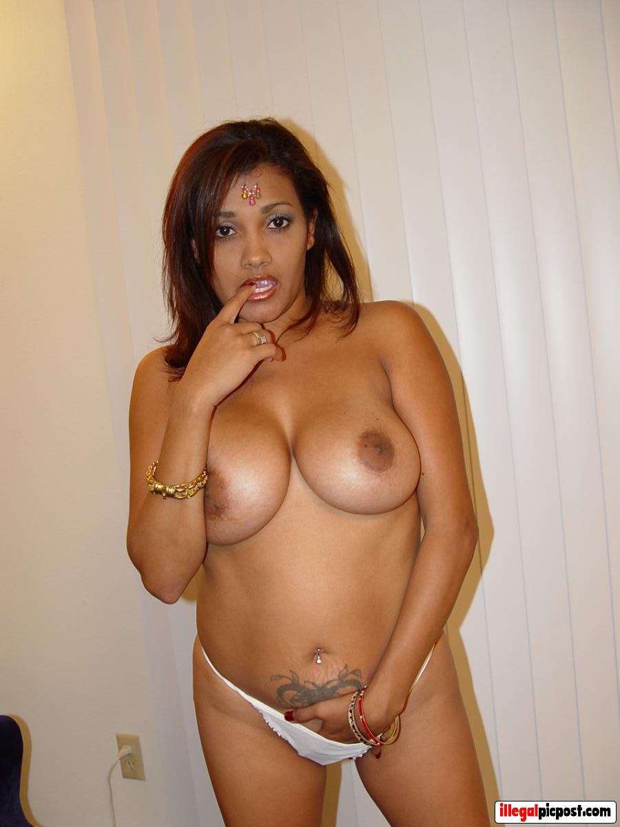 Moslima met mooie grote borsten staat topless