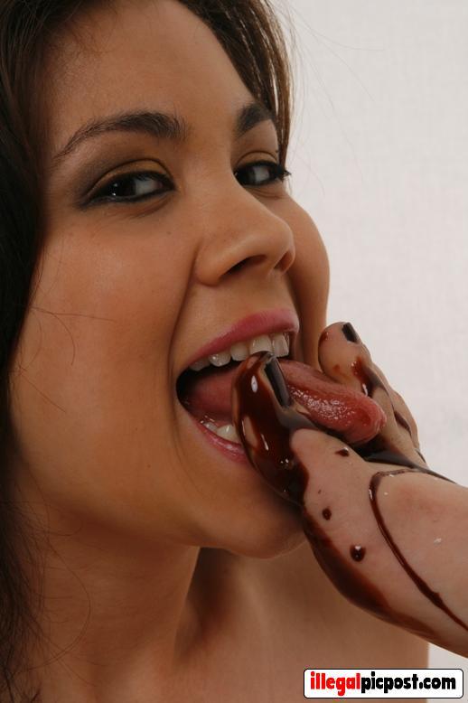 Meisje likt de tenen van haar vriendin met chocoladesaus