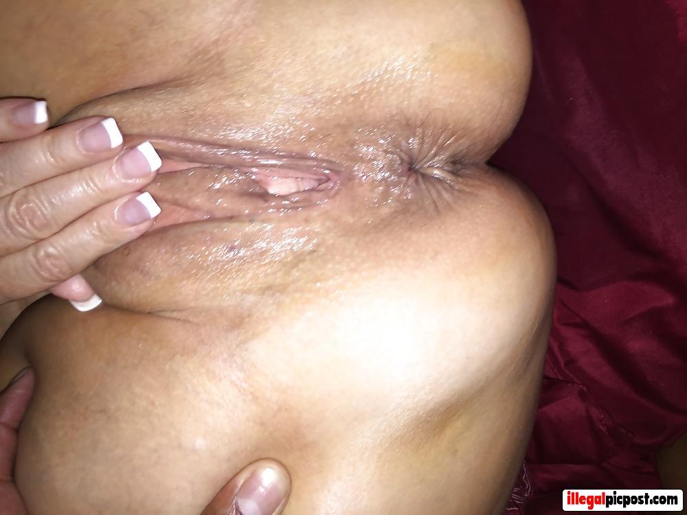 Huisvrouw showt haar zeiknatte kale scheur