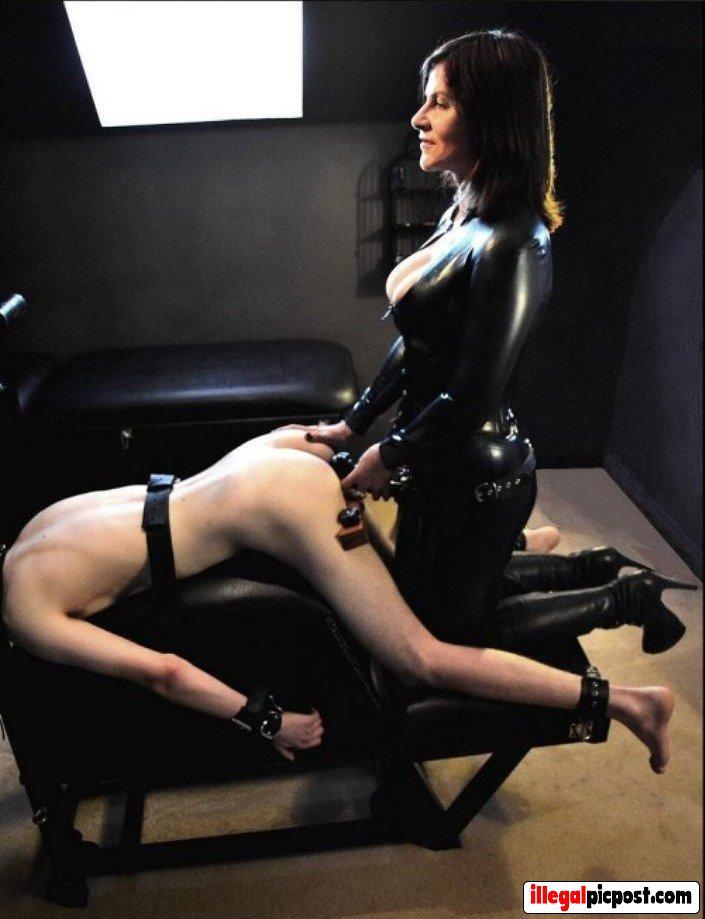 Meesteres neukt haar slaaf in zijn kont