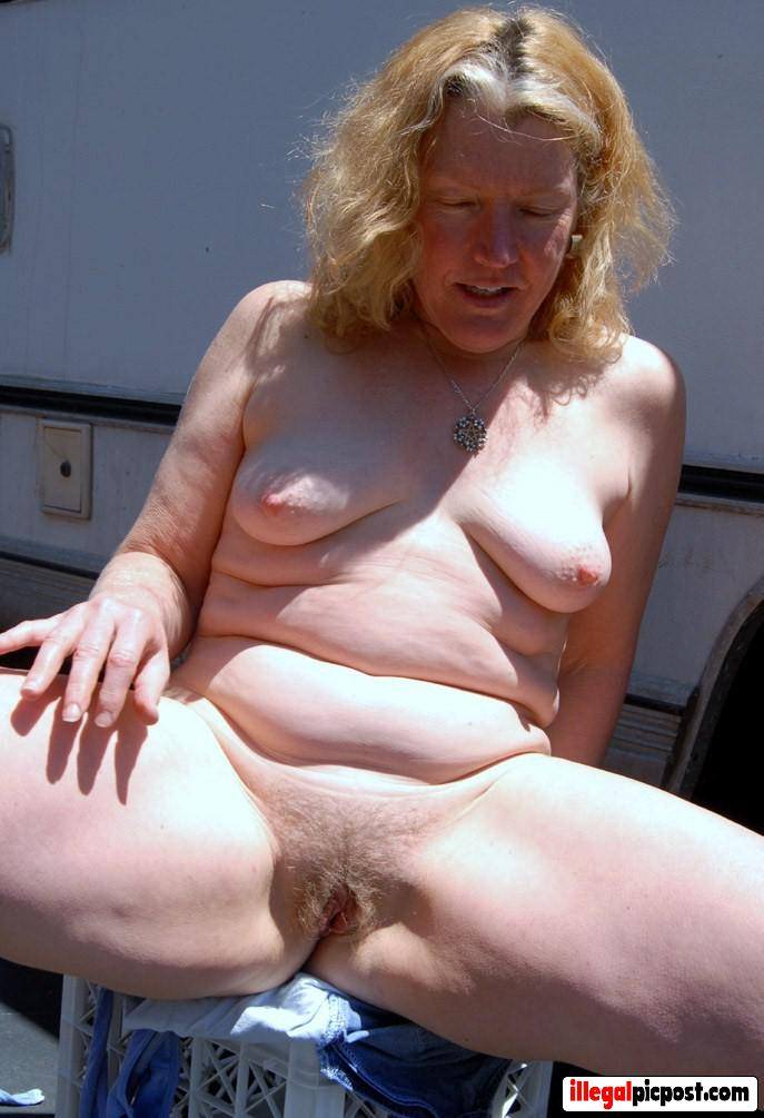 Rijpe dame met harige blonde gleuf