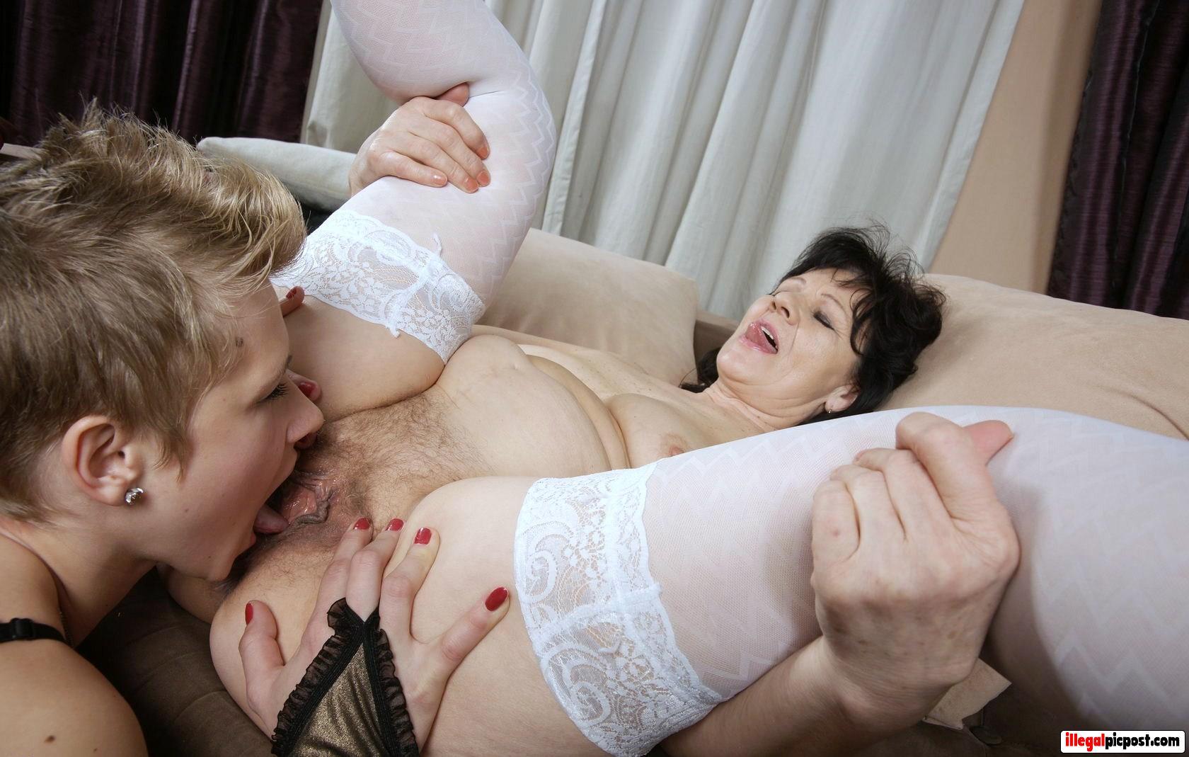 Kinky lesbo slet likt de kut van oud wijf