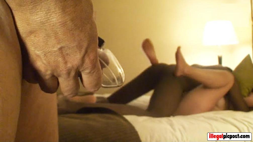 Man in chastity kijkt naar zijn neukende vrouw