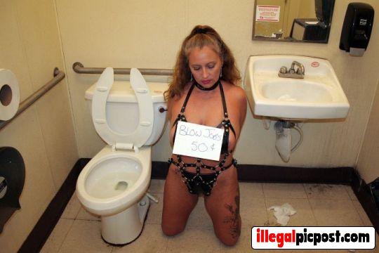 Onderdanig pijpsletje moet pijpen voor geld op het toilet