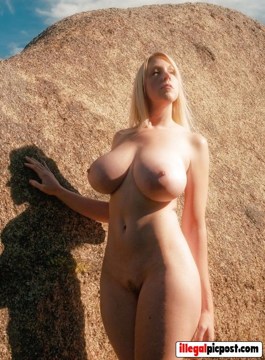 Blondje met grote borsten staat in het zonnetje