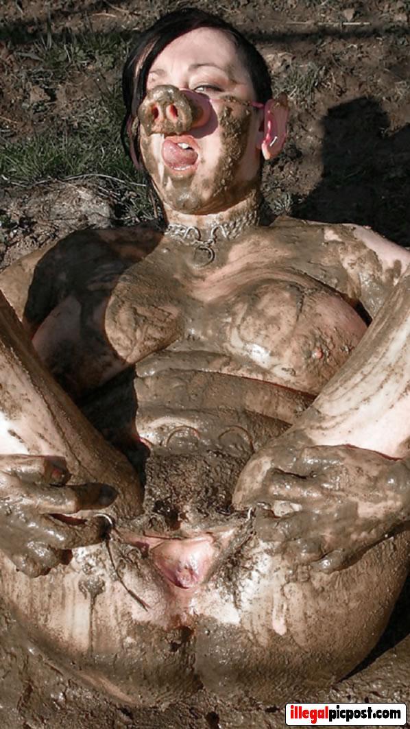Slet ligt naakt in de modder met varkensneus op